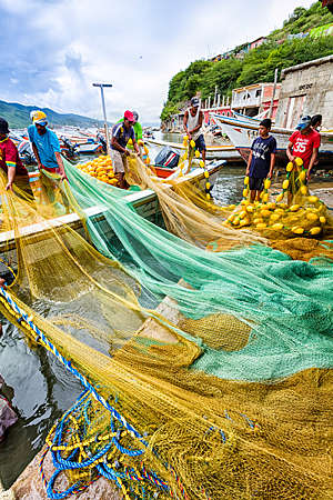 Pêcheurs préparant des filets et des bateaux pour la pêche au Venezuela.