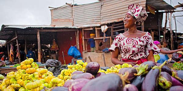 Une femme africaine vend des légumes sur le marché de Bamako, au Mali.
