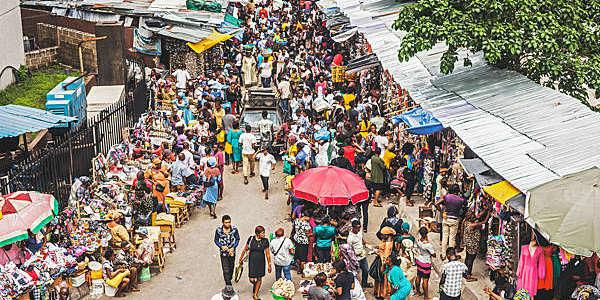 Foule de rue dans la zone commerçante de l'île de Lagos au Nigéria.